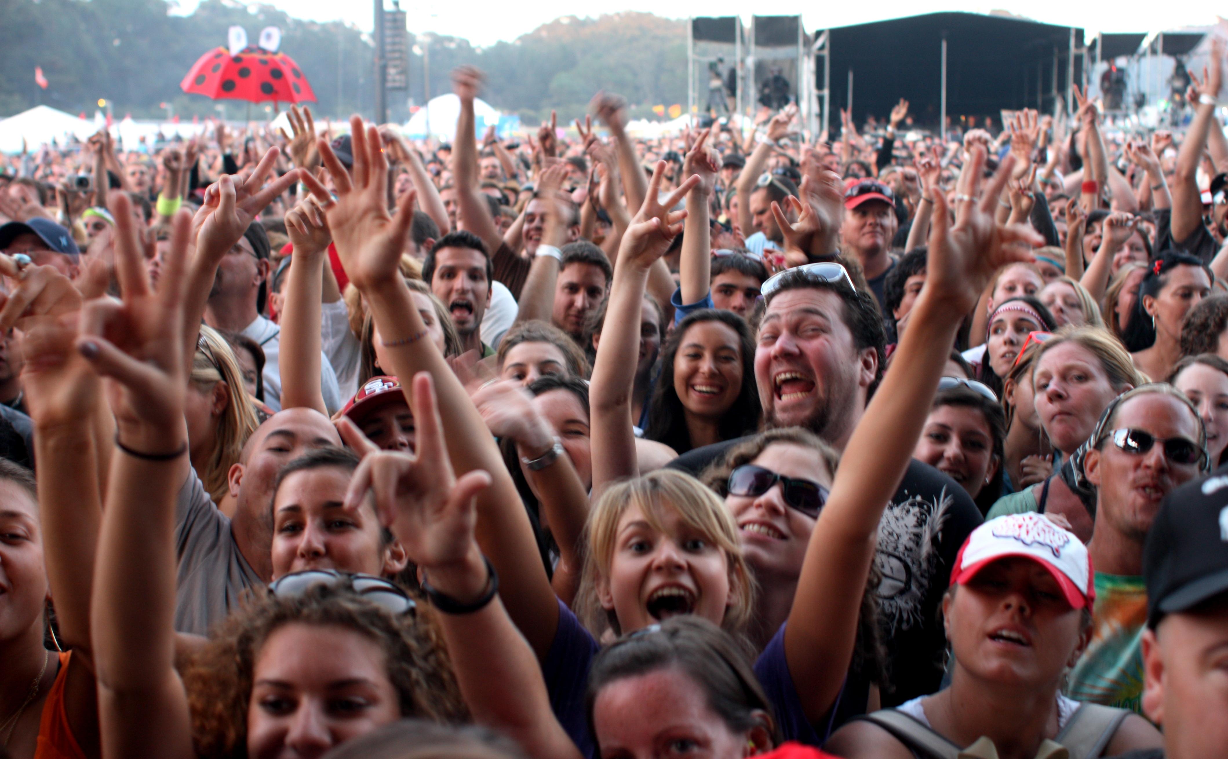 Толпа негров и одна девочка 8 фотография