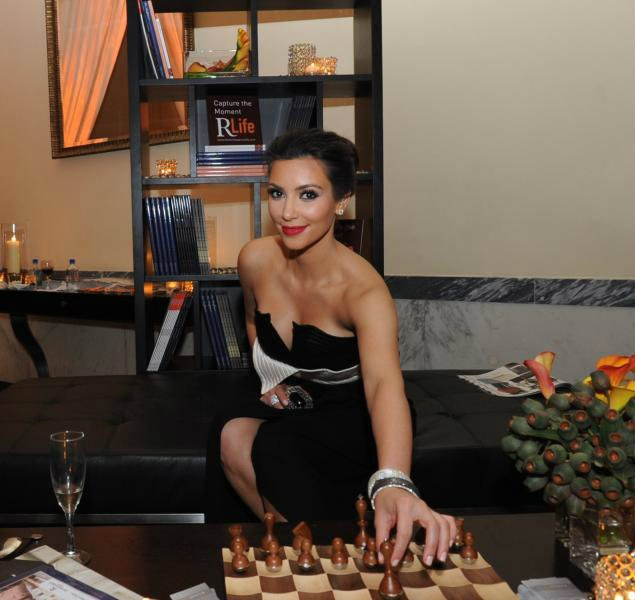 Kim-Kardashian-plays-chess.jpg