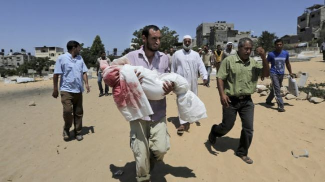 A Palestinian father holds body of his son killed in an Israeli air raid on Gaza. (File photo)
