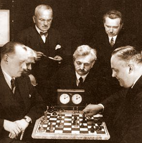 Alexander_Alekhine_playing_chess_against_Efim_Bogoljubov.jpg