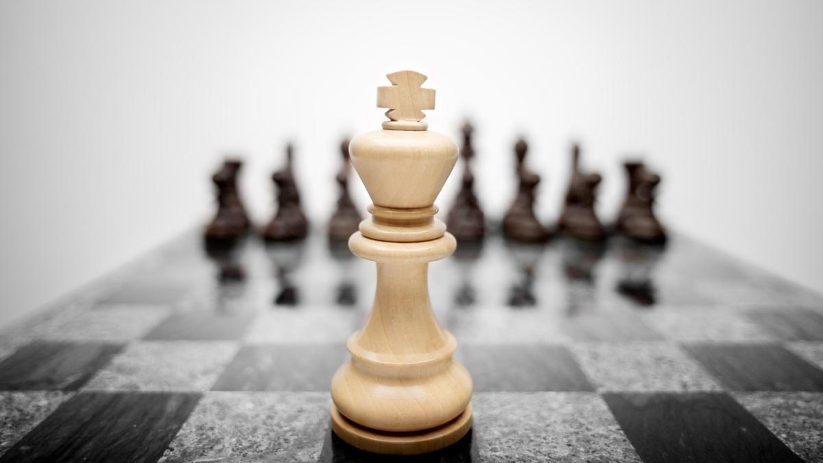 Cómo castigar al rey enemigo en el centro