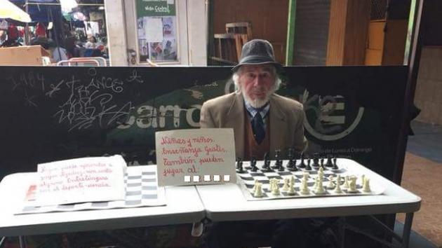 Apoya al anciano que da clases de ajedrez gratis en Chile