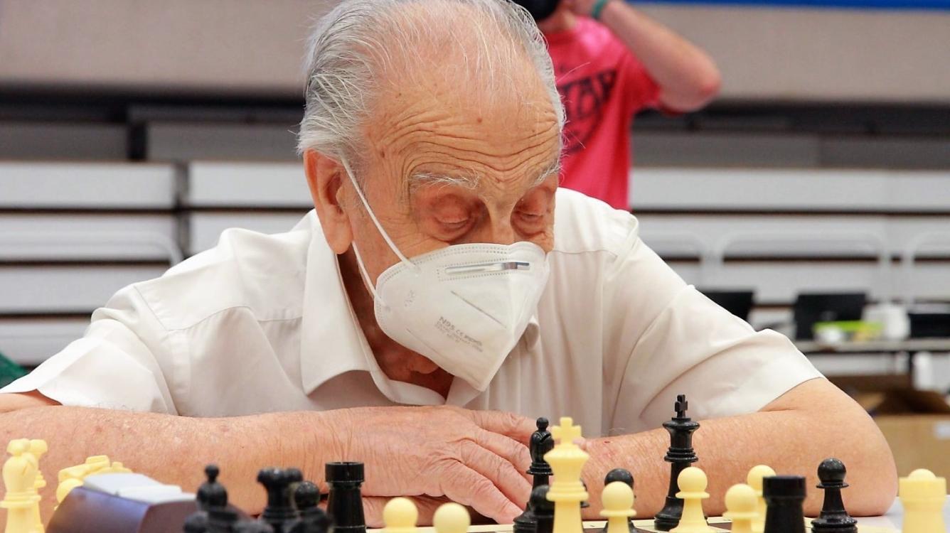 Manuel Álvarez Escudero: jugando y ganando a los 100 años
