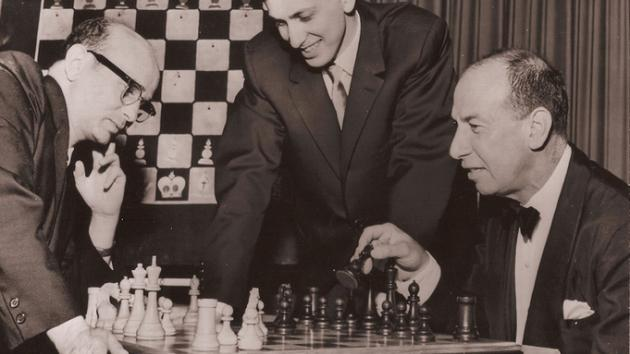 Fischer knocks himself out after 11 Rounds - S. Reshevsky VS R. Fischer (Round 11)