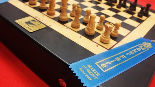 Peças de xadrez se movem sozinhas em tabuleiro inteligente