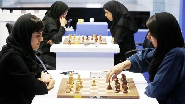 Imposição de uso de véu gera polêmica em mundial feminino de xadrez no Irã