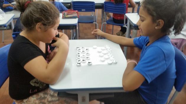 Tampinhas de garrafa viram jogo de xadrez