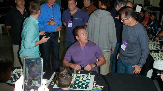 Arnold Schwarzenegger joga bola e até xadrez em encontro