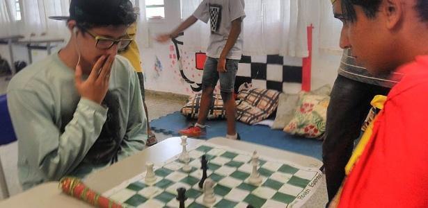Professora usa xadrez para estimular hábito de leitura em escola.