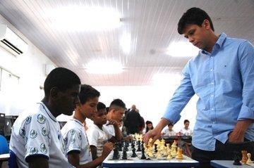 Estudantes participam de simultânea com grande mestre do xadrez Rafael Leitão