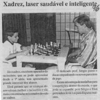 Capi jogando xadrez.