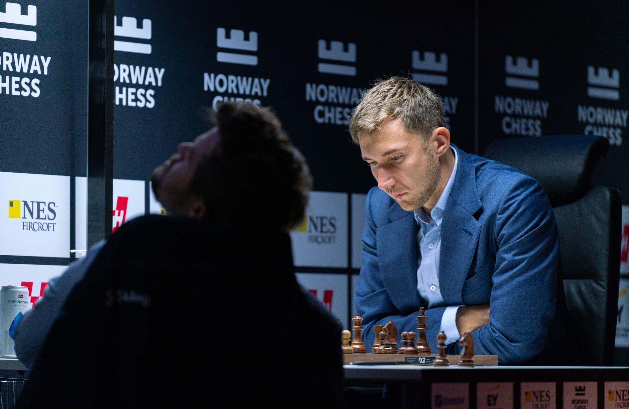 Carlsen verificando a tela grande
