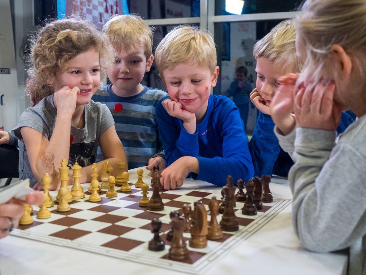 Картинка люди играют в шахматы