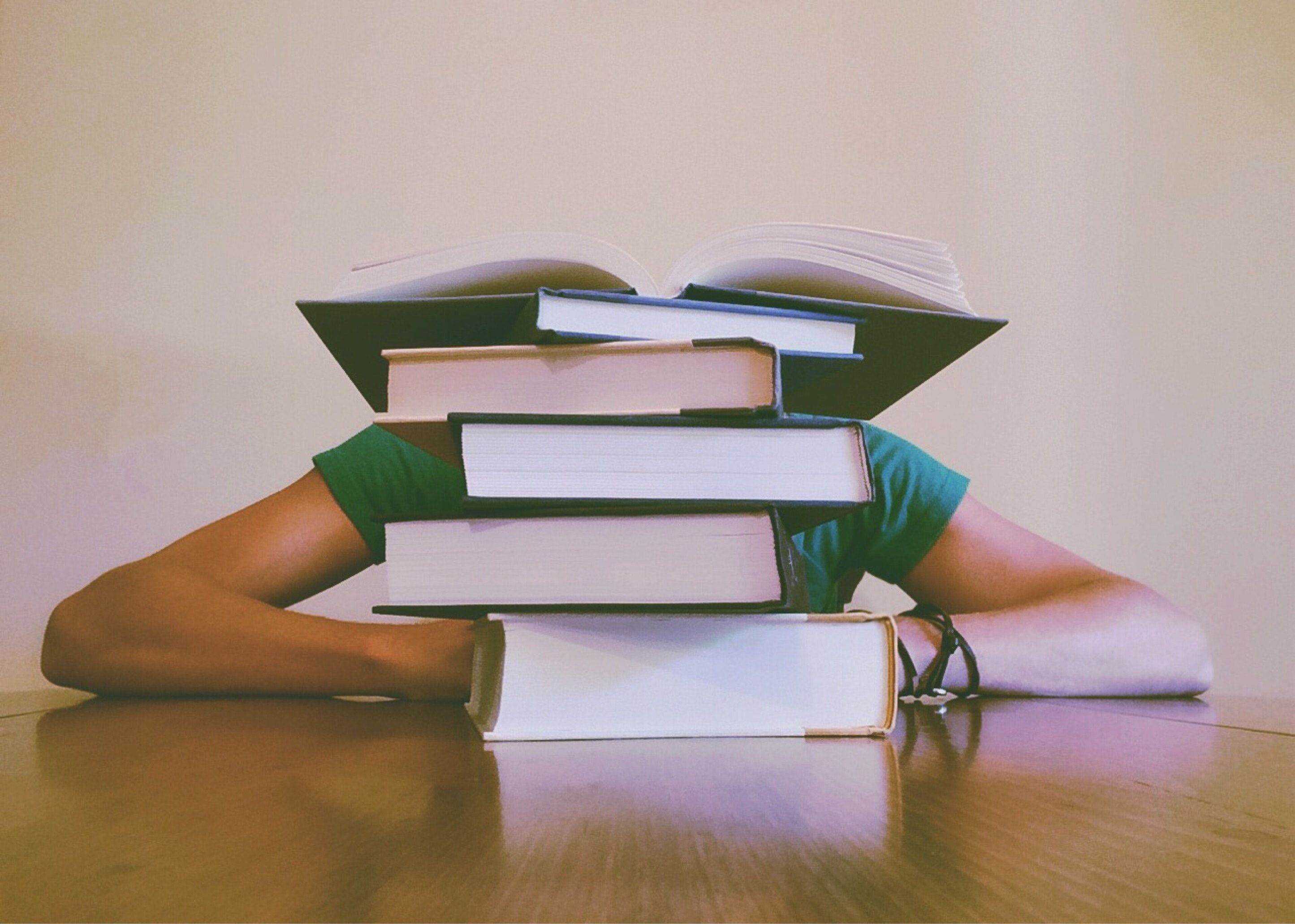 Montaña de libros que hay que leer. Los convierto en un blog de ajedrez para aprender.