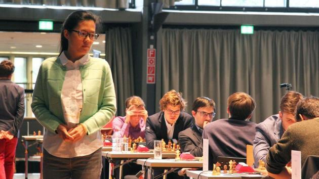 Карлсен опять не выигрывает в GRENKE; Хоу Ифань лидирует 2/2