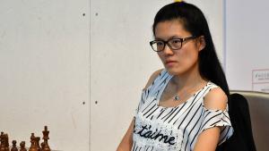 Miniatura de Hou Yifán vence a Bacrot, líder de Biel