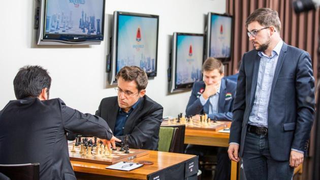 Carlsen et halvpoeng bak teten kort før slutt
