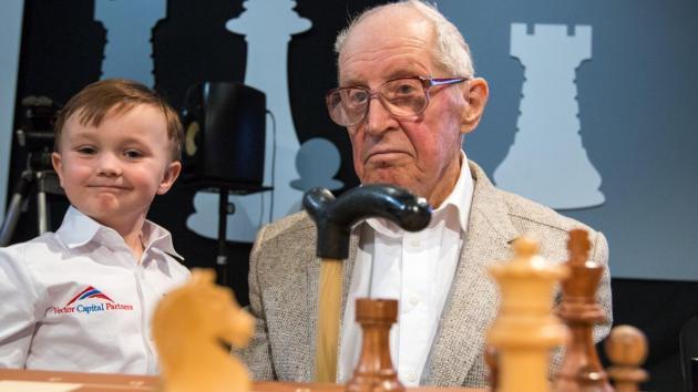 95-летний Авербах, старейший в мире гроссмейстер, играет с 4-летним малышом