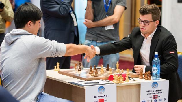 Ein brillianter Bu besiegt Carlsen beim Weltcup