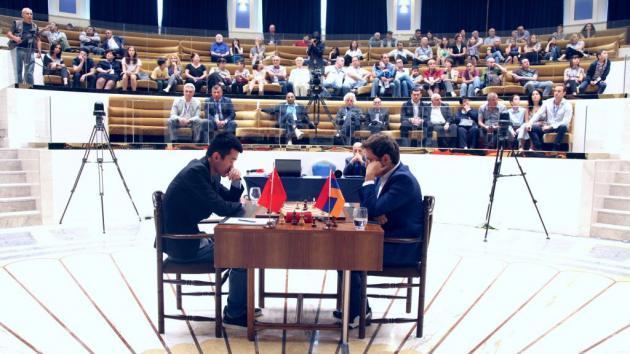 Aronian Não Consegue Quebrar Ding na Final da Taça do Mundo Partida 1
