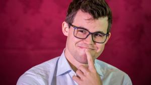 Fotos miniaturas de Carlsen É 'O Homem' da Ilha, Sozinho na Liderança