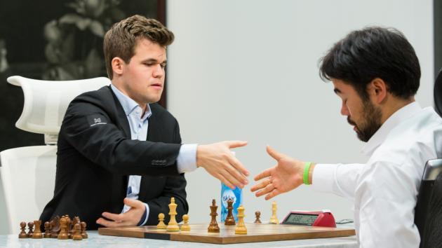 В матче по шахматам-960 Накамура зевает Карлсену ферзя